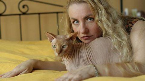 Megszállott macskarajongó, aki mindenből csak cicásat vesz – ismerjétek meg Kéky Kirát, aki elsőként vett Magyarországon kopasz macskát