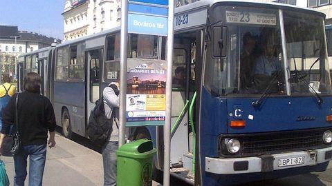 Gyereknyelő lyukkal a hasán közlekedik a 23-as busz - frissítve