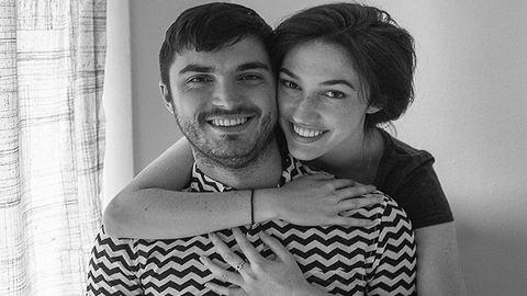 Ótvar nyolcvanas évek ihlette fotósorozattal ünnepelte eljegyzését a pár