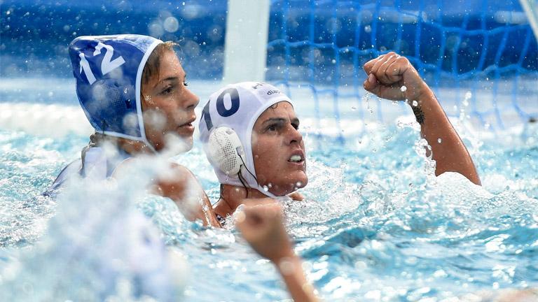 A görög Eleni Kszenaki és Bujka Barbara a női vízilabdatornán az 5-8. helyért játszott Magyarország - Görögország mérkőzésen a 17. vizes világbajnokságon a Hajós Alfréd Nemzeti Sportuszodában 2017. jú