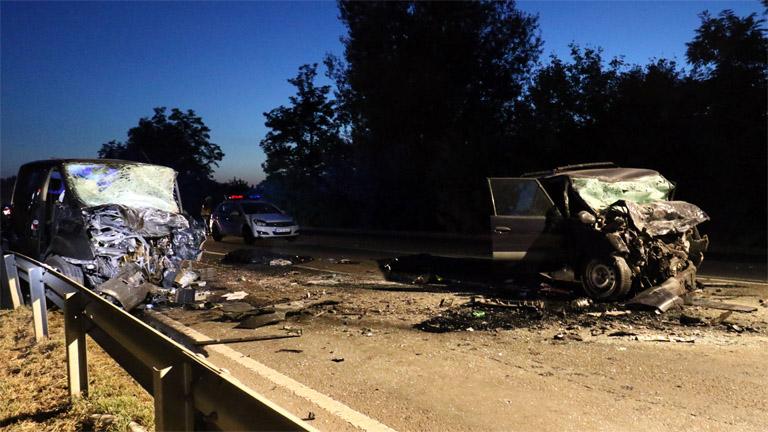 Összeroncsolódott járművek a 4-es főúton, Szolnok közelében 2017. július 19-én este. A személygépkocsi és a mikrobusz frontálisan összeütközött, a balesetben ketten meghaltak. MTI Fotó: Mészáros János
