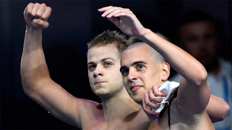 Cseh László (j) és Kenderesi Tamás a férfi 200 méteres pillangóúszás elődöntője után
