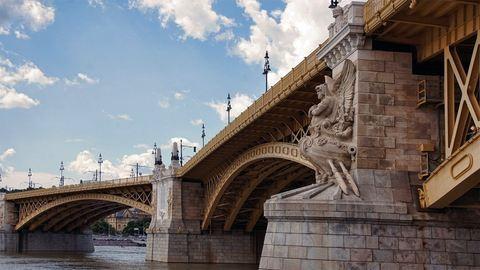 Szelfizés közben zuhant le egy nő a Margit hídról