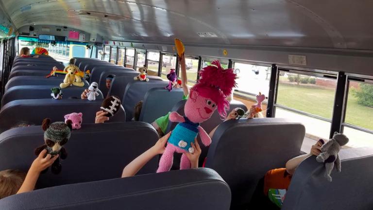 Abuszsofőr minden gyereknek horgolt egy játékot az iskolabuszon