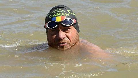 A Dunát hosszában végigúszó román férfi Budapestre ért
