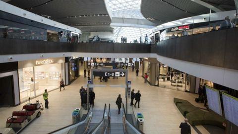 Így lopnak a reptéri dolgozók a poggyászokból – videó