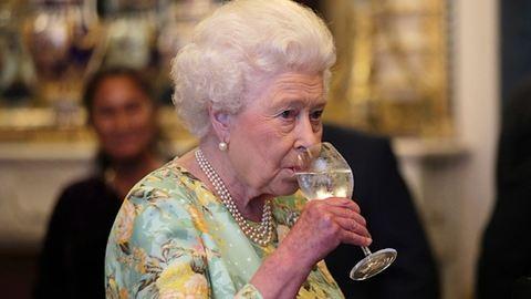 II. Erzsébet királynő napi 4 koktélra esküszik