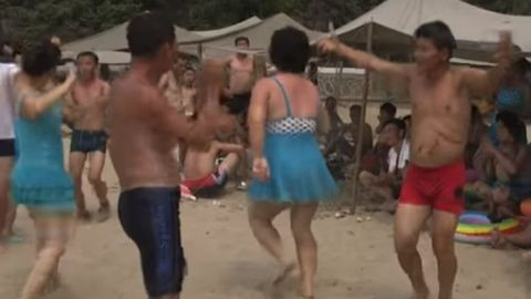 Elképesztő videó került ki az Észak-Koreában partizó népről