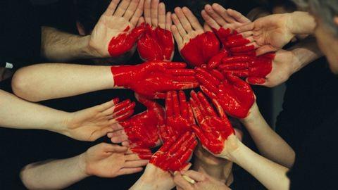 Cicijükből formáznak szívecskét a nők – újabb internetes kihívás terjed