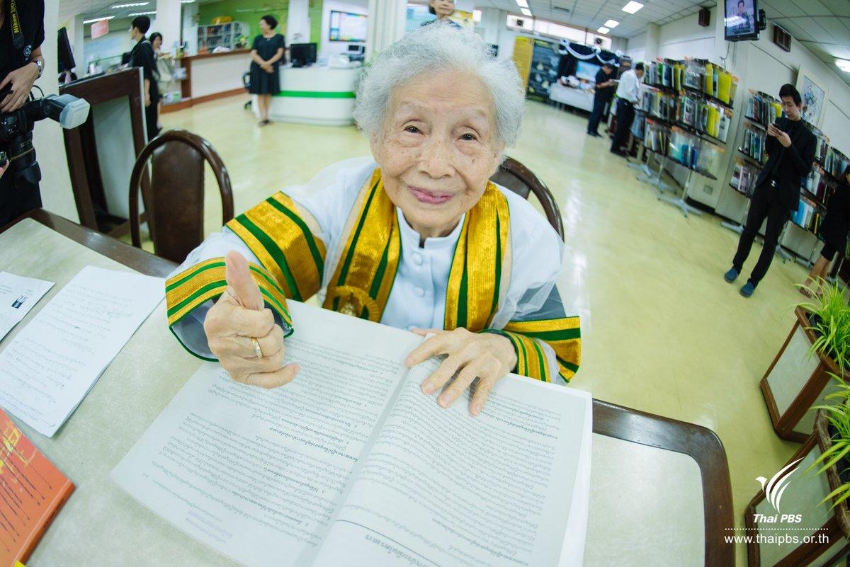Kimlan Jinakul az egyetemi könyvtárban. (forrás: twitter)