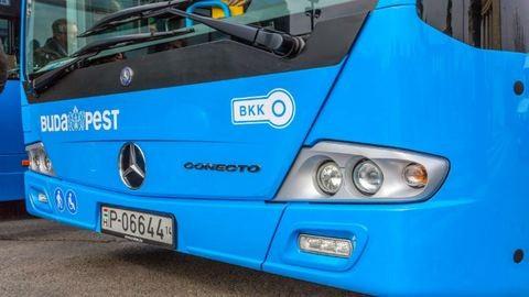 Összeütközött egy személyautó és egy BKK-busz, egy ember meghalt