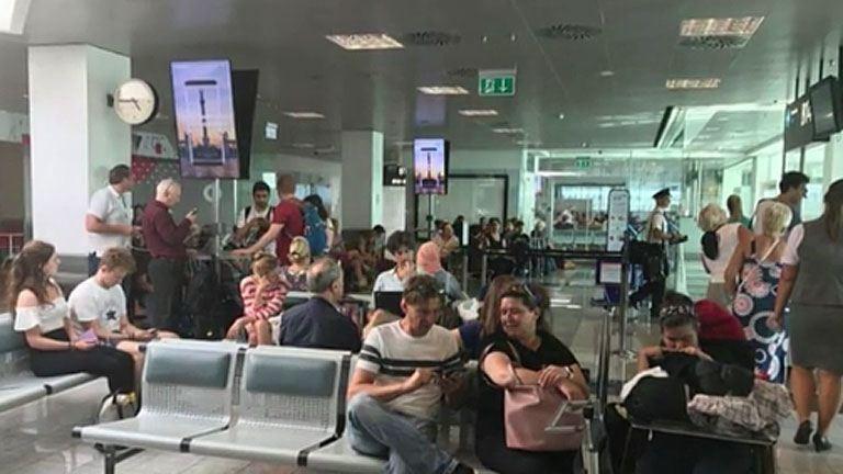 Étlen-szomjan várakoztatták az utasokat a reptéren