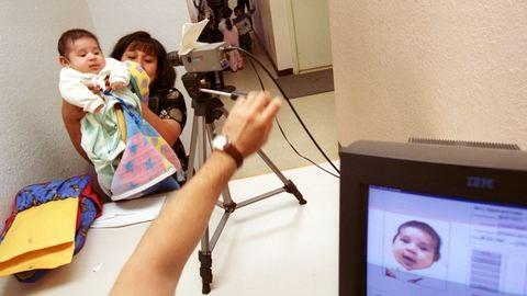 Minek fényképes személyigazolvány egy csecsemőnek?