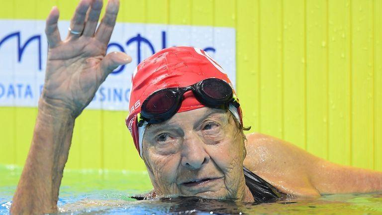 Megható képek a vizes világbajnokság legidősebb, 96 éves úszónőjéről