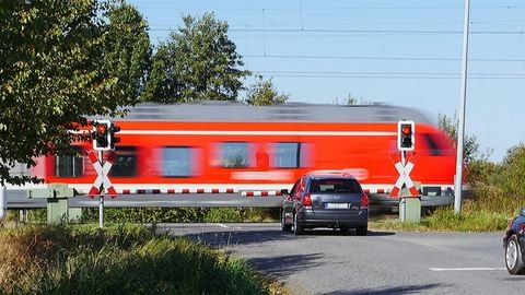 Vonat és személyautó ütközött Budapesten, egyórás késés várható