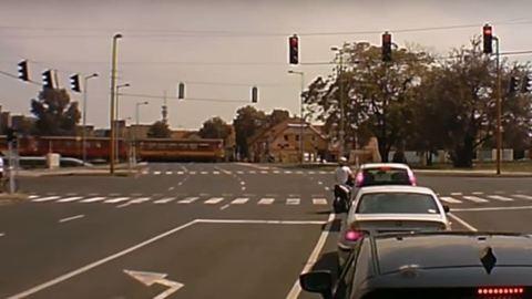 Nem érdekelte a piros lámpa, simán továbbment a győri autós – videó