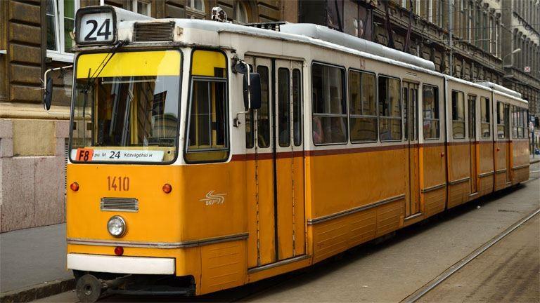 Kisiklott a 24-es villamos a Haller utcánál