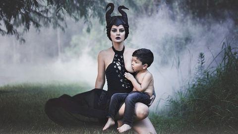 Ezért szoptatja Demónának öltözve a 3 éves kisfiát az anya