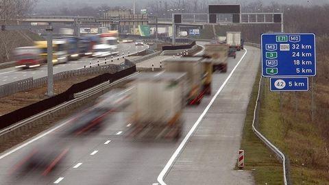 Autószállító balesetezett, torlódás az M1-es autópályán