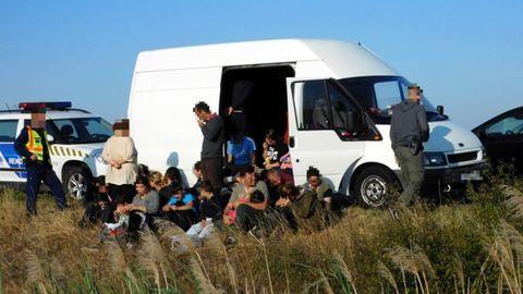 Kisbuszban bukkantak illegális bevándorlókra Nagylaknál
