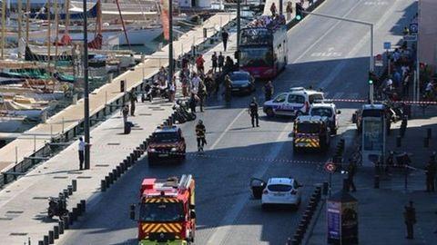Buszmegállókba hajtott egy autó Marseille-ben, egy ember meghalt