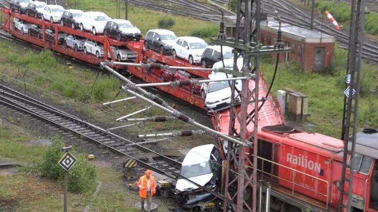 Vadiúj autók zuhantak le a kisiklott vonatról