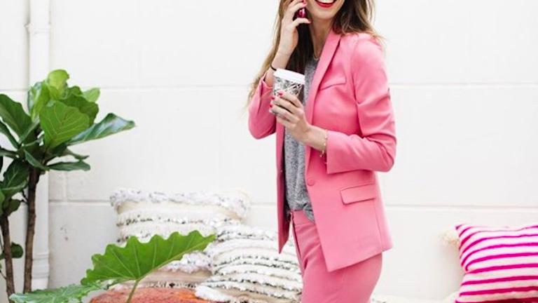 Álmaid netovábbja lesz egy rózsaszín nadrágkosztüm