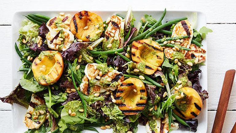 Grillezett barackos saláta pesztós öntettel