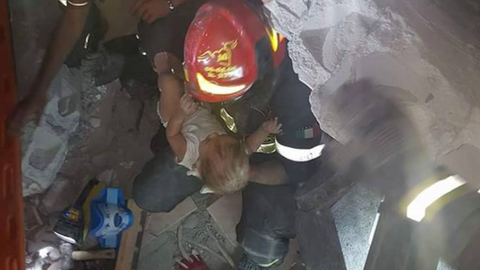 Kisbabát mentettek ki a romok alól Olaszországban – videó