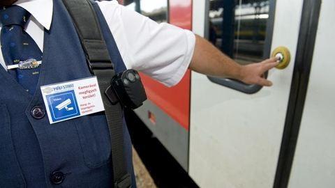 Már tesztelik a testkamerákat a vonatokon a kalauzok