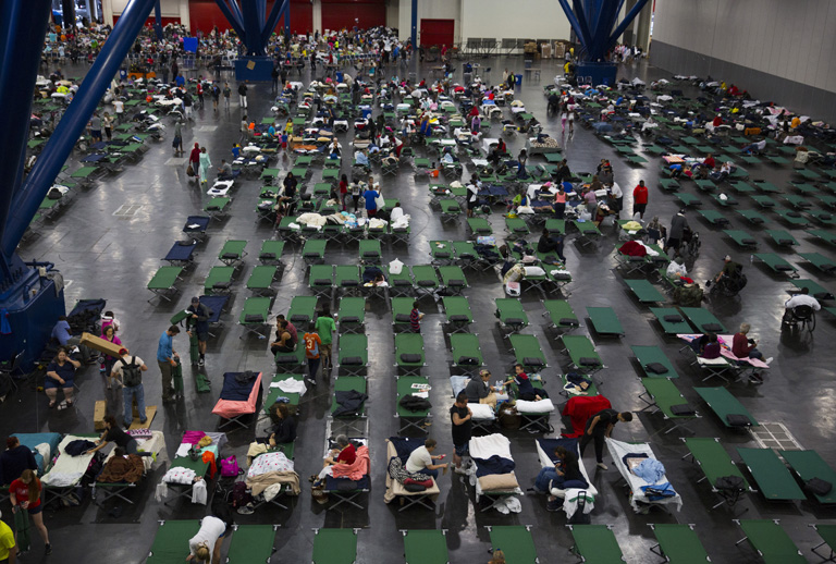 A houstoni áradások elől menekülőket szükségszállásokon helyezik el (Fotó: Getty Images/Erich Schlegel)