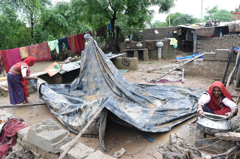Eközben Indiában a helyiek a pusztítást mérik fel (Fotó: AFP/Sam Panthaky)
