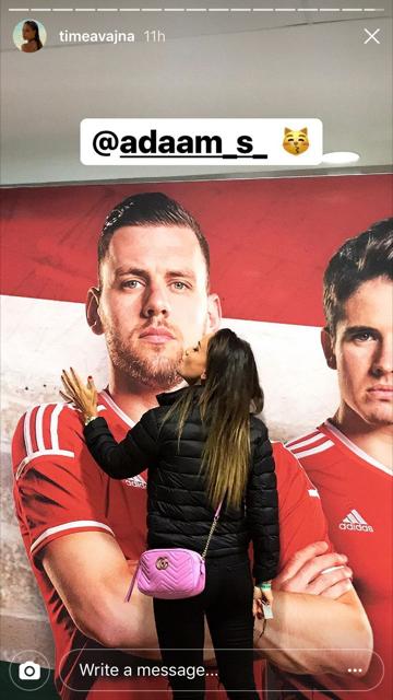 Más férfit csókol Vajna Timi!