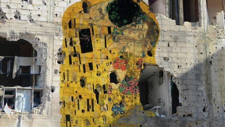 Klimt csókja egy szíriai romfalon