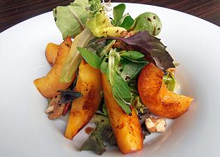 Grillezettnektarin-saláta