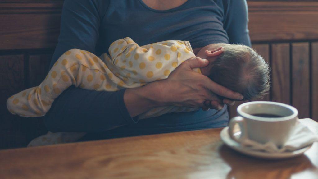 Rászóltak a nyilvánosan szoptató anyukára, csattanós választ adott