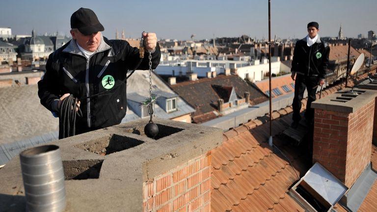 Kéményseprők munkában. Fotó: MTI / Kovács Tamás