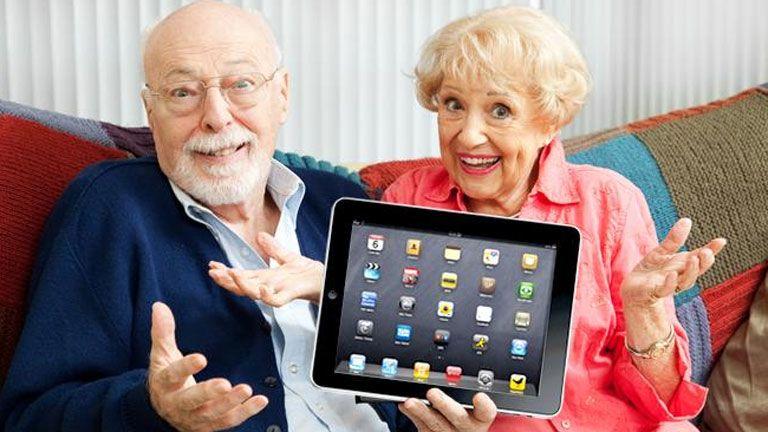 nyugdíjas öreg idős számítógép táblagép okostelefon internet függőség addikció
