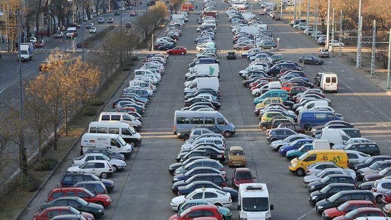 Parkoló autók a Dózsa György úton (fotó: MTI / Soós Attila)