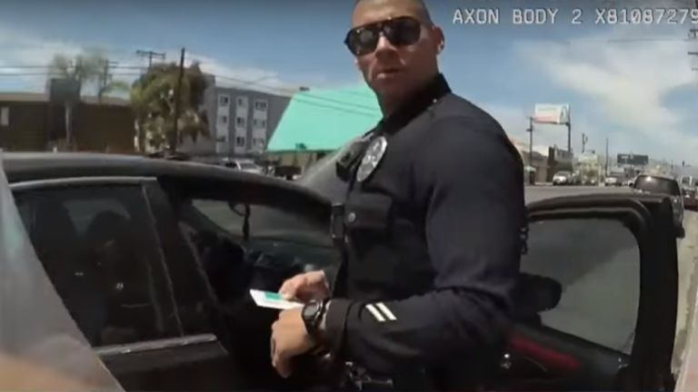 Az egyik intézkedő rendőr (forrás: CBS YouTube)