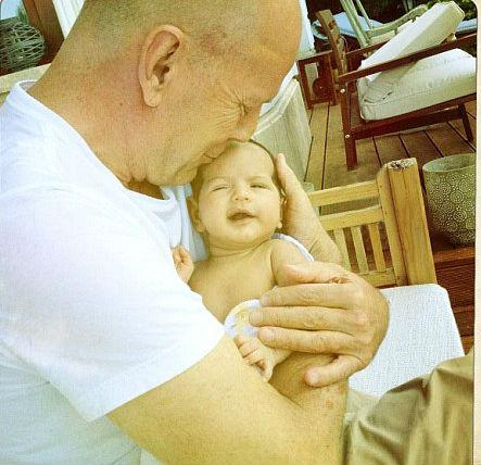 Bruce Willis Budapesten mutatta meg először a kislányát - fotó