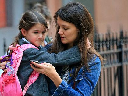 Katie Holmes adoptál egy babaát