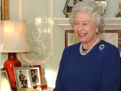 Kiknek a fotói díszitik II.Erzsébet dolgozószobáját? Nézd meg a galériánkat!