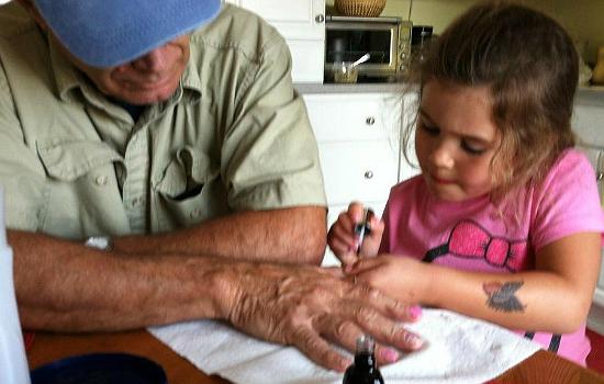 Rózsaszínre festette a nagypapája körmét