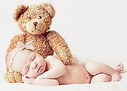 Plüssmaci vigyáz a babára