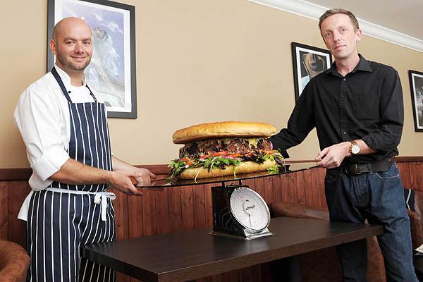 Az étterem tulajdonosa és szakácsa a rekorder hamburgerrel