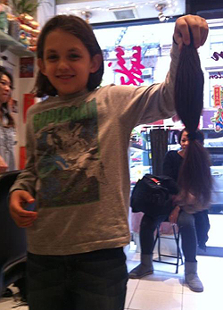 Rákbetegeknek adta a haját a kisfiú