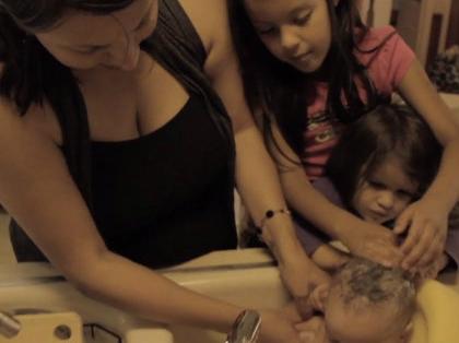 Szépséges kisfilm anyákról kisgyerekek kommentárjával