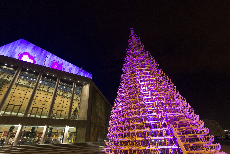 Szánkókból építettek óriási karácsonyfát Pesten