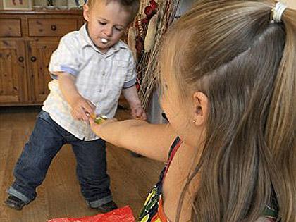Nővére tanította meg járni a műlábakkal élő kisfiút